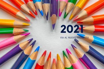 immagine di nuovo progetto 2021 sullo sfondo di matite colorate